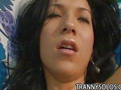 Transexuelle Petite Sabrina Kamoei frotte bite