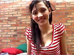 Oyeloca mager latina neemt twee lullen in haar kutje dubbele penetratie cum slikken