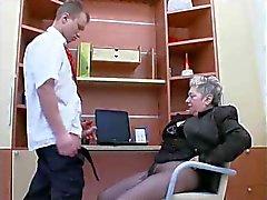Abuela carajo de amor en el trabajo.