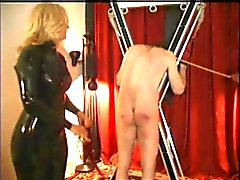 duas senhoras jogando com um escravo