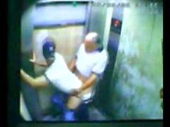 Vater und Sohn gefangen ficken in Aufzug