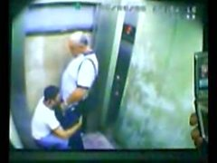 Papá y su hijo atrapados en el ascensor