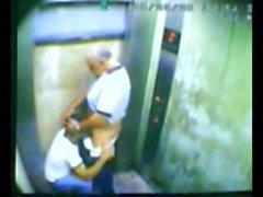 Пап и сын пойман траханье в лифта