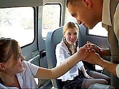 De dos Twats Tit Jovencitas minúsculos perforados en la parte autobuses