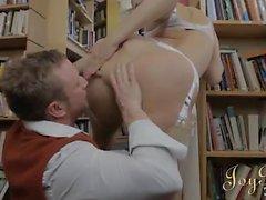 Beauté bibliothécaire de seins toucha intenses et fucked