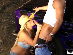 Busty cowgirl saa munaa eri tehtävissä
