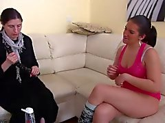 Brunette Olgun ve genç kız büyük uzun yapay penis ile mastürbasyon yapmak
