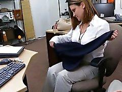 Business kadını düzlemsel bileti için pawnkeeper tarafından dövdü