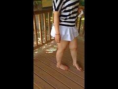 Mini-jupe trop courte at the Zoo publiques