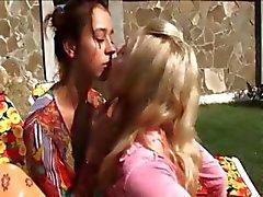 Twee Russische lezzies eten kutjes