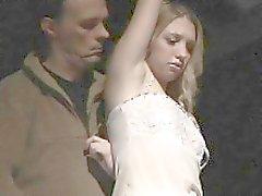 Änglalika blonde återhållsam i slaveri och strikta utbildad