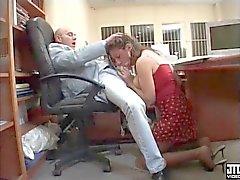 Chiffonjén en gros seins baisee par le boss