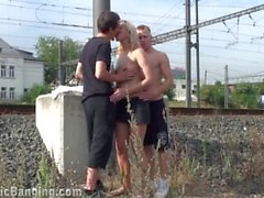 MILF hard PÚBLICO trio follando en una estación de tren de 2 chicos