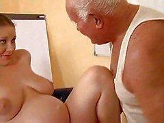 El abuelo folla embarazada a una chica