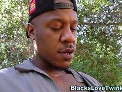 Negro jovencito chico tornillos