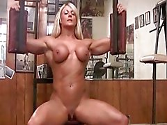 Musculosa Pelada com klitoris grande