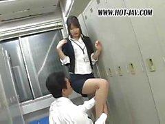 Японский офис Галь запускается на играл и затем сосет его петух