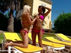 Sıcak tabaklanmış lezbiyenler Lena ve Kari açık havada havuz Bronz yakın sıcak seks