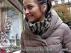 Slut ceco Emily lampeggiante seni per contanti