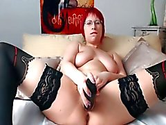 Chubby redhead met een bril masturberen