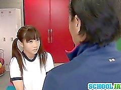 Juri Shinomiya Schoolgirl pillua nai pukuhuoneeseen