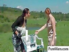 Fora de época vice- irmãs com muffs peludos mortais se divertir ao ar livre com tinta