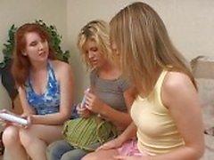 Lesbische trio met meisjes speelde kut en neuken met dildo