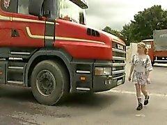 Jugendlich Girl wird durchgefickt und gefistet an einem Truckstop zu