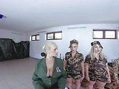 Fivesome Avec Des Filles D'armée
