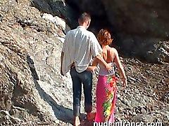 amatoriale coppia a fare il sesso anale su una spiaggia di