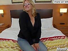 Horny старуха делает первому порно