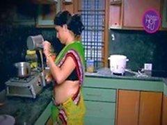 Ama de la India Tentado muchacho Vecino tío en la cocina ( Bajo)