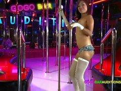 Тайская девушка с крошечными губами киски пытается получить работу в Gogo баре