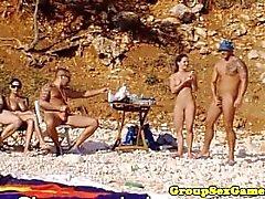 bebés de la playa de aficionados en la polla de equitación grupo