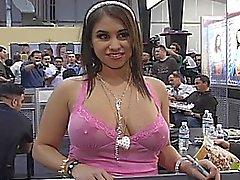 Espessura latina jogando de volta
