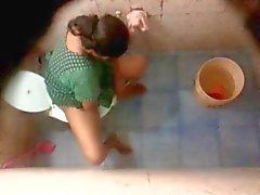 Banglan desi Naapurini Aunty uimaveden ja wc Hidden cam