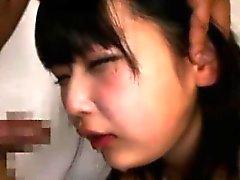 Schülerin saugt auf einem Hahn Japanisch