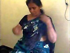 Indiase volwassen Tamil bhabhi krijgt naakt en geeft bj en neuken met minnaar