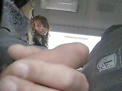 Colocación de vierteaguas y 2 muchachas vi en el bus