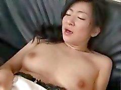 Aziatische Milf met haar zoon en zijn vriend