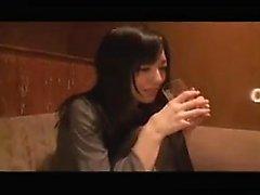 Ganska japansk tjej med små bröst är ivriga att ta på sig