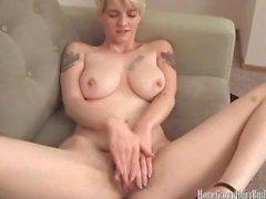 Sexy bionda procace che massaggia la sua figa pelosa e il clitoride gonfio