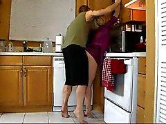 Äitinsä Lets Poika poistamaan hänen ja jauhaa Her kuuma perse kunnes hän cums