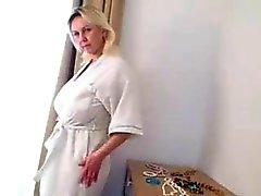 boobsy mujer madura desempeña de la cocina y una ducha