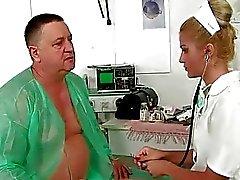Grand papa la baise et pisse à jeune médecin