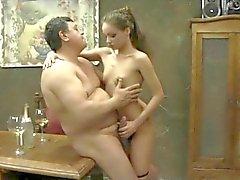 Två gamla män knullar två unga vackra flickor