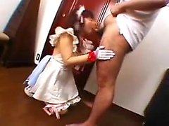 Seksi kıyafetlerindeki oldukça güzel bir Japon seksi, onun oral seks işini görüntüler