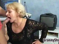 Eccitati la nonna in calze a rete vuole scopare