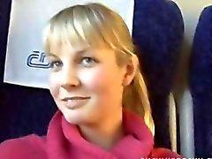 Loura peituda a comboios