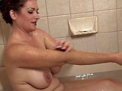İnanılmaz Olgun bir Banyosu Takes